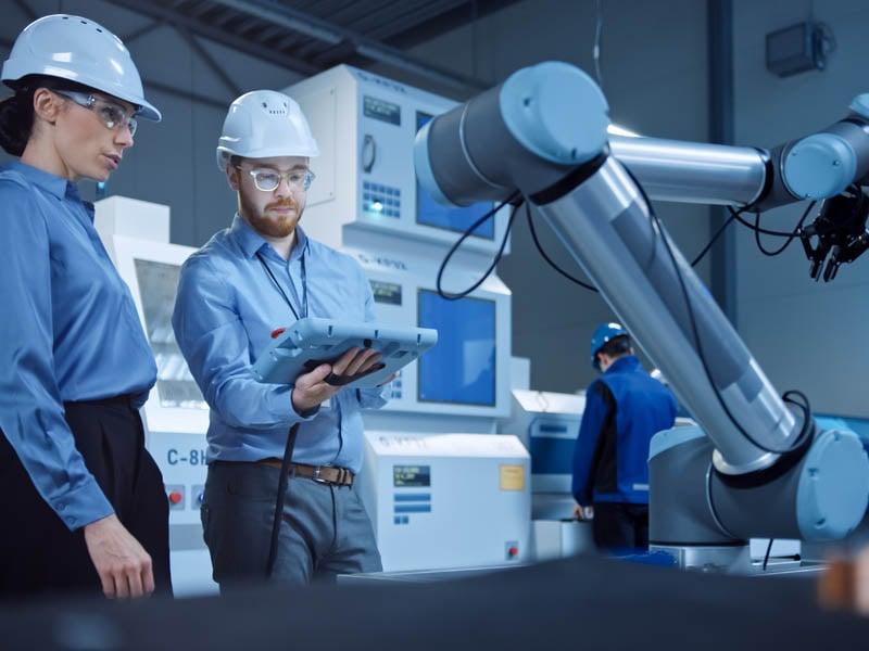 ingenieros-en manufactura-trabajando