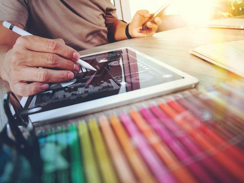 Diseñador de sitios web que trabaja con tableta digital con tableta